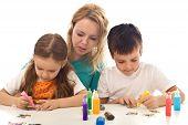 Постер, плакат: Дети заняты живопись с большим количеством цветов