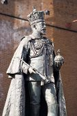 foto of sceptre  - The landmark statue of King Edward VII (1841 - 1910) by the railway station in Reading, Berkshire.   Sculpted by George Wade and on public display since 1902.