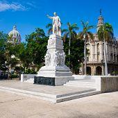 Постер, плакат: Центральный парк Гавана с Хосе Марти памятник и Капитолий на фоне