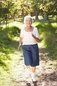 Senior Woman Joggen im Park