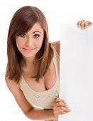 Постер, плакат: Портрет красивой молодой женщины держа пустой billboard