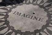 Постер, плакат: Представьте себе Strawbery поля Центральный парк Нью Йорка