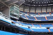 Постер, плакат: Строки синий мест для болельщиков на пустой большой футбольный стадион