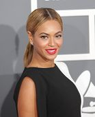 LOS ANGELES - 10 de FEB: Beyonce llega a los Grammy Awards 2013 en 10 de febrero de 2013 en Los Angeles