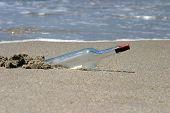 Постер, плакат: «сообщение в бутылке» моет на берег по течению в океане