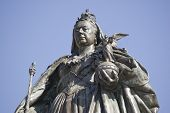 pic of sceptre  - Bronze memorial statue of Queen Victoria  - JPG