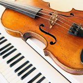 Постер, плакат: скрипки и фортепиано ключей