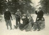 Постер, плакат: Винтажные фото семьи наслаждаясь снега тридцатые годы