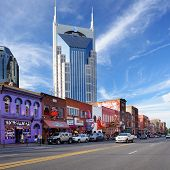 NASHVILLE - Juni: The At&t Building thront über Honky-tonks am Lower Broadway 16. Juni 2013 in Na