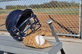 Постер, плакат: Бейсбол шлем Bat и перчатки