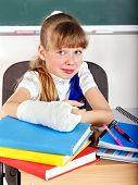 Постер, плакат: Ребенок с сломанной рукой в классе
