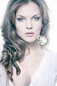 Постер, плакат: Портрет крупным планом сексуальный молодой женщины с естественный макияж и совершенной кожи