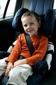 Постер, плакат: маленький мальчик в автомобильное кресло