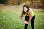 Постер, плакат: Травмы колена женщина в боль после спорта
