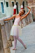 Постер, плакат: Венеция Италия портрет прекрасные танцы балерина в Венеции