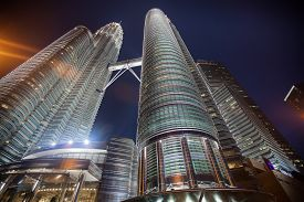 pic of petronas twin towers  - Petronas Twin Towers at night - JPG